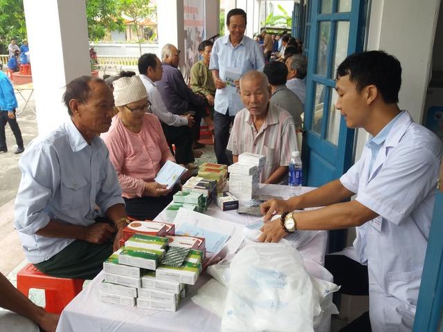 Bệnh viện 19-8 khám bệnh, cấp phát thuốc miễn phí tại Nam Định