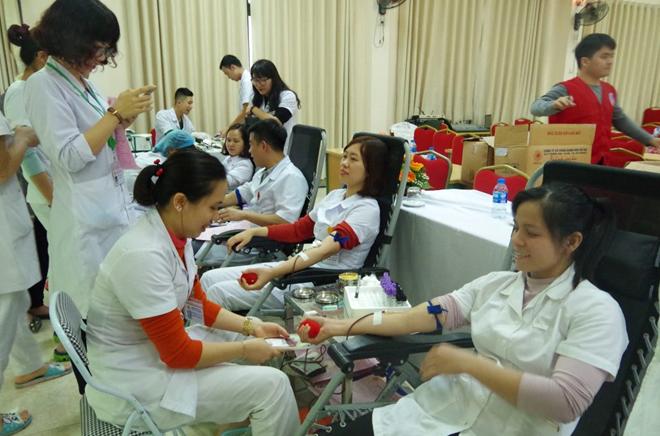 Cán bộ, chiến sĩ Bệnh viện 19-8 hiến máu cứu bệnh nhân