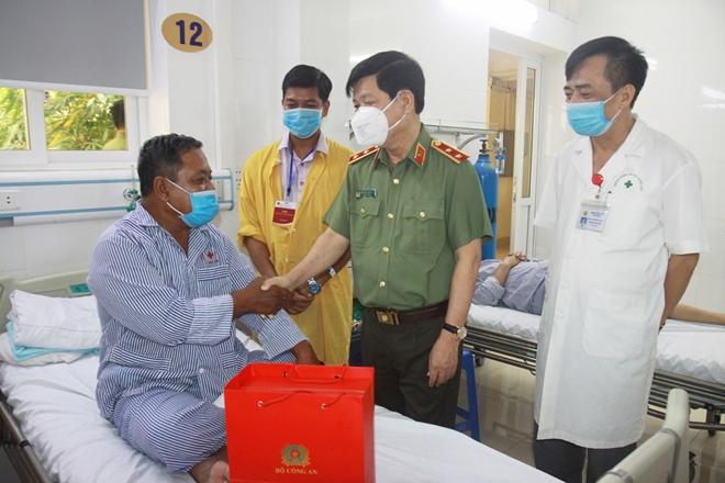 Thứ trưởng Nguyễn Văn Sơn biểu dương các bác sĩ Khoa Nội tim mạch Bệnh viện 19-8